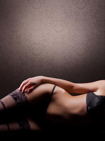 lenceria: Joven mujer sexy en lencería vintage que se en la cama