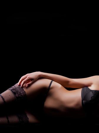 Jeune femme sexy en lingerie millésime pose dans le lit