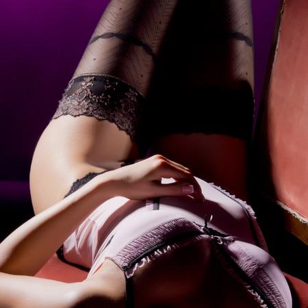 sexy beine: Arbeiten Sie Eintragfaden der jungen attraktiven Frau in der Weinlesewäsche