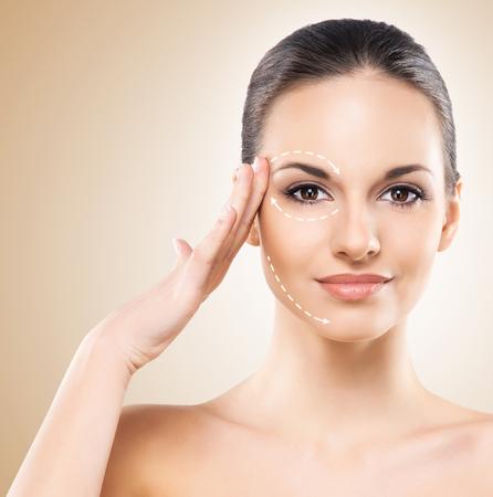 Spa portrait d'une femme jeune et en bonne santé avec des flèches sur son visage. concept de la chirurgie plastique. Banque d'images - 72246773