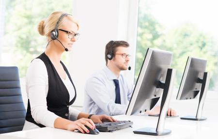 Opérateurs de soutien à la clientèle dans les vêtements formels travaillant dans le bureau du centre d'appels à l'aide d'ordinateurs. Concept d'affaire. Banque d'images - 73867062
