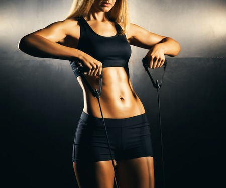 Fit body of beautiful, healthy and sporty girl. Slim woman posing in sportswear. Imagens - 92851372