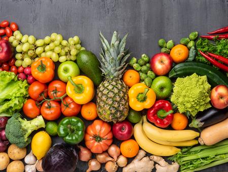 Ingredientes para una alimentación saludable: verduras frescas, frutas y superalimentos. Nutrición, dieta, concepto de comida vegana Foto de archivo