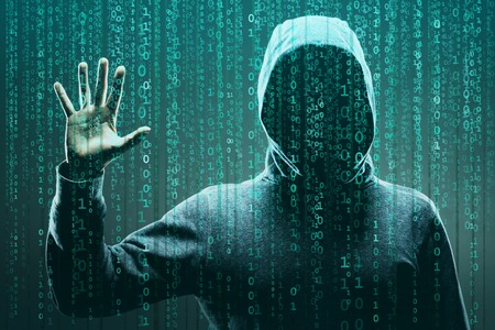 Computerhacker in Maske und Hoodie über abstraktem binären Hintergrund. Verdecktes dunkles Gesicht. Datendieb, Internetbetrug, Darknet und Cybersicherheit.