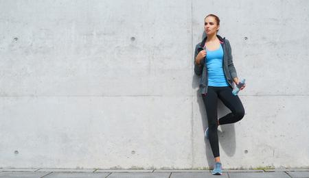 Junges, passendes und sportliches Brunettemädchen in der Sportkleidung. Frau, die Sport im Freien macht.