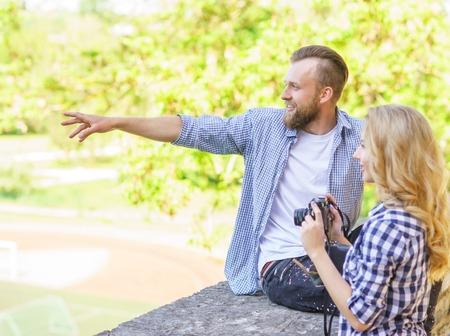 Mann und Frau mit Datum im Freien. Mädchenesprit eine Fotokamera und ihr Freund.