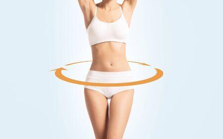 Junges, sportliches, fites und schönes Mädchen lokalisiert auf Weiß