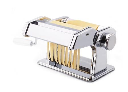 hand crank: M�quina para hacer pasta fresca con fideos, pastas caseras, aislado en fondo blanco Foto de archivo