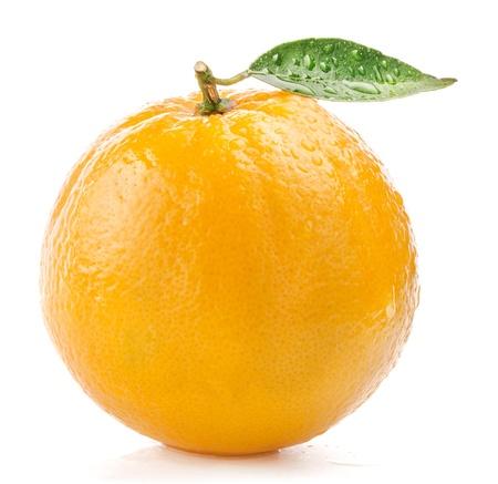 �pomelo: Naranja fruta madura con hojas y gotas de agua aisladas sobre fondo blanco Foto de archivo