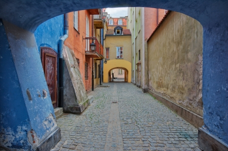 stare miasto: Narrow cobblestone street in the Warsaw Old Town, Poland