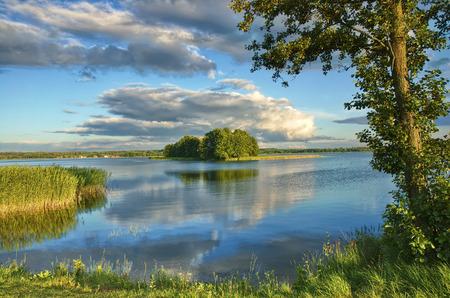 Gezicht op klein eiland op het meer in de wijk Mazurië, Polen Stockfoto