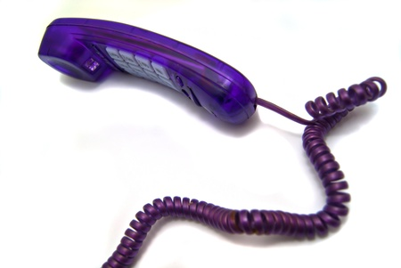 phone handset: Cornetta telefonica viola su sfondo bianco