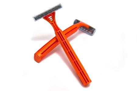 utiles de aseo personal: dos hojas de afeitar primer plano sobre fondo blanco Foto de archivo