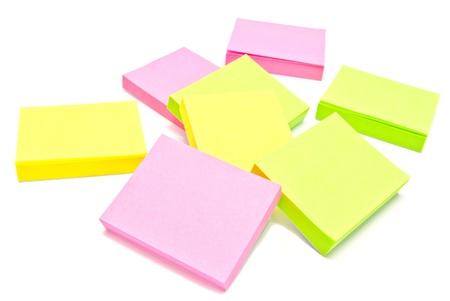 notas adhesivas: diferentes notas adhesivas en blanco