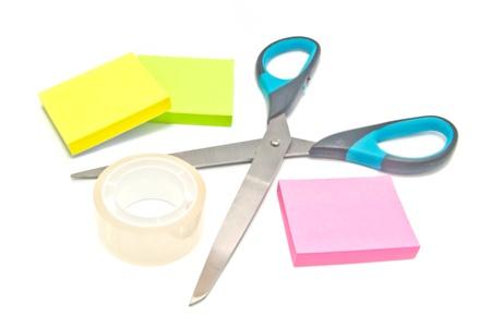 notas adhesivas: cinta adhesiva, tijeras y notas adhesivas en blanco Foto de archivo