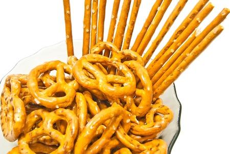 gressins: savoureux bretzels sal�s et des b�tons sur blanc Banque d'images