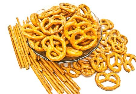 breadsticks: muchas galletas y palitos de pan con sal en el fondo blanco