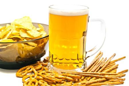 gressins: bretzels, des b�tons, des chips et la bi�re sur fond blanc