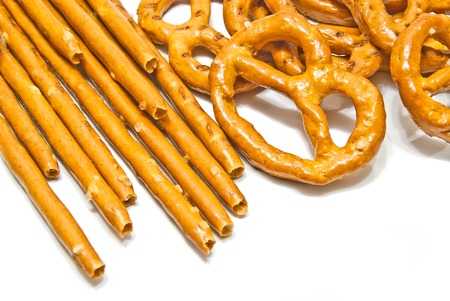gressins: gressins et bretzels sal�s sur fond blanc