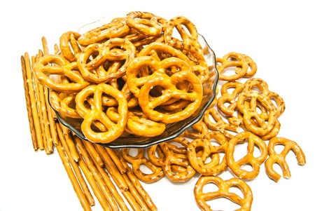 breadsticks: muchos pretzels y colines salados en blanco Foto de archivo