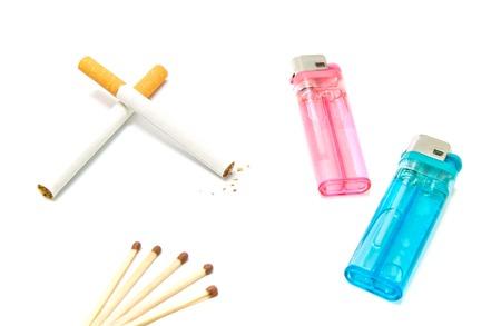 encendedores: dos cigarrillos y mecheros con partidos en blanco