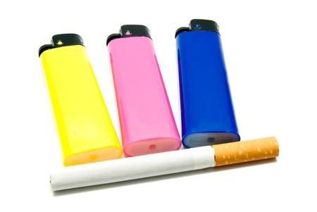 encendedores: un cigarrillo y tres encendedores en el primer blanco