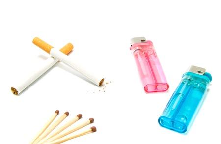 encendedores: dos cigarrillos y mecheros con partidos en el fondo blanco