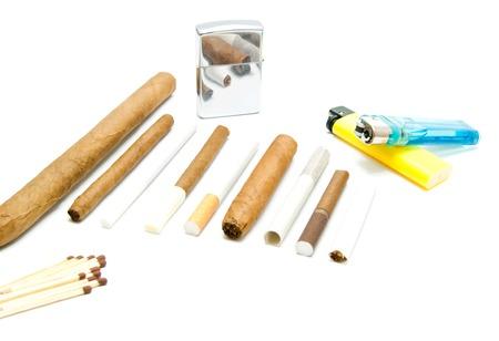 encendedores: f�sforos, cigarrillos y varios encendedores en el fondo blanco