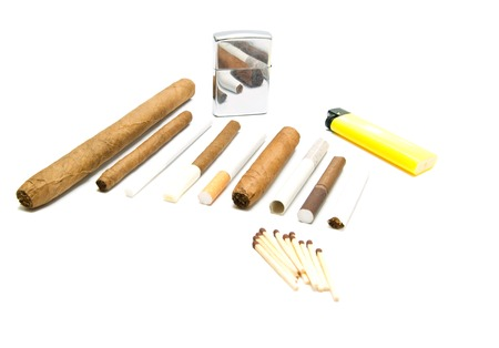 encendedores: varios cigarrillos, f�sforos y encendedores en el primer blanco