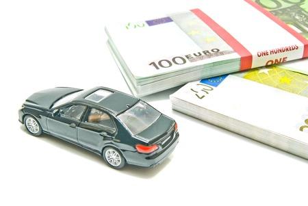 billets euros: voiture noire sur les billets en euros sur fond blanc