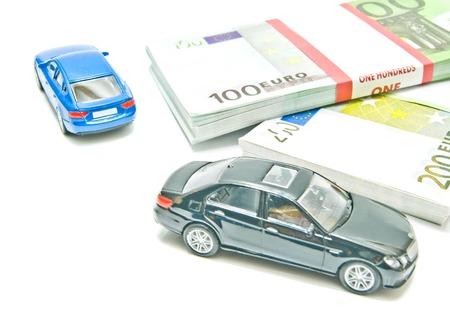 billets euro: deux voitures sur les billets en euros sur fond blanc