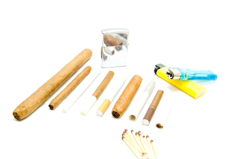encendedores: f�sforos, cigarrillos y varios encendedores en blanco Foto de archivo
