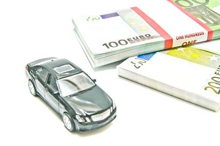 billets euros: voiture noire sur les billets en euros sur agrandi blanc Banque d'images