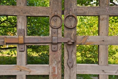 Alte hölzerne Tor unter dem Laub im Park Standard-Bild - 39254555