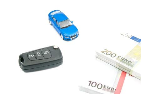 billets euros: voiture bleue, cl�s de voiture noir et billets en euros sur blanc Banque d'images