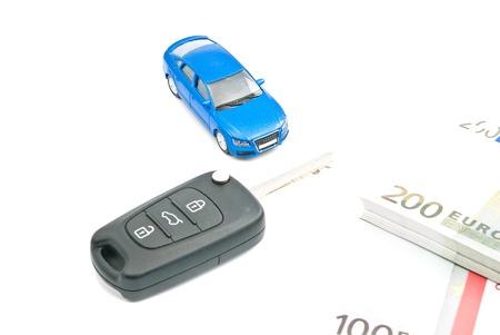billets euro: voiture bleue, cl�s de voiture et billets en euros sur blanc