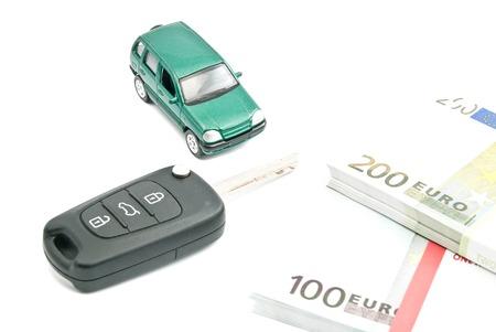 billets euros: cl�s de voiture, billets en euros et voiture verte sur fond blanc
