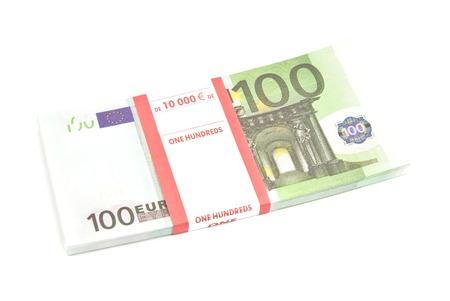 billets euros: paquet de cent billets en euros sur blanc