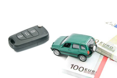 billets euros: Voiture verte, billets en euros et des cl�s de voiture noires sur fond blanc