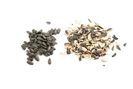 semillas de girasol: semillas de girasol y la c�scara en el fondo blanco