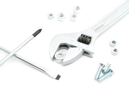 tuercas y tornillos: tuercas, tornillos y destornilladores en el primer blanco del fondo