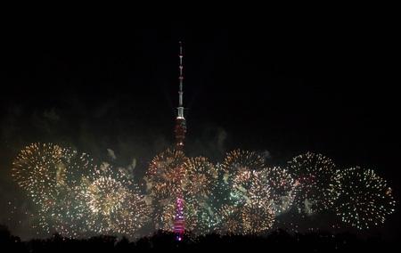 bonne aventure: beau feu d'artifice à côté de la tour sur le ciel du soir
