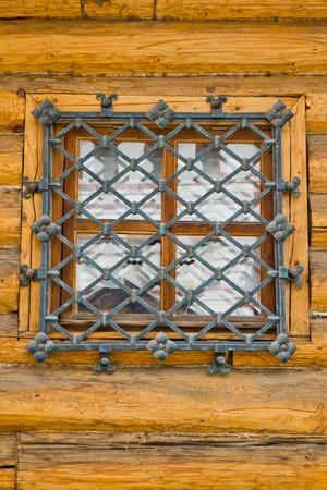 rejas de hierro: ventana detrás de barras de hierro en una pared