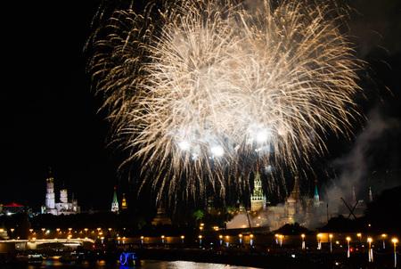 fuochi d'artificio durante la notte nel centro della città sul Cremlino