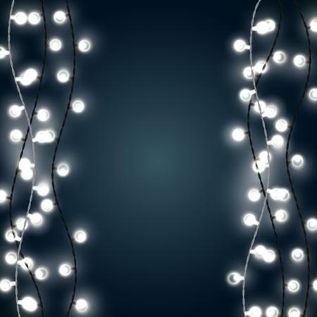 Ensemble de lumières de Noël de style guirlande blanche verticale sur le fond bleu foncé. Conception de vecteur de chaînes de lumière incandescente de patio extérieur. Banque d'images - 84742105
