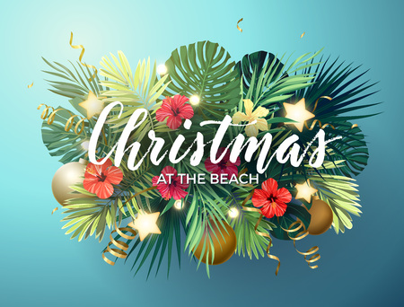 Natal no design de praia de verão com folhas de palmeira de monstera, flores de hibisco, bolas de xmas e estrelas brilhantes de ouro, ilustração vetorial. Ilustración de vector