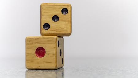 床に木製のサイコロ、数は1と3等しい4です。