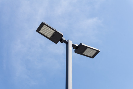 Moderne straatverlichting tegen blauwe hemel - bodemmening - horizontaal beeld
