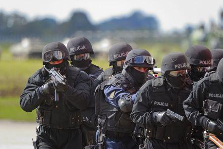 hijacker: Anti terroristas swat abordar el comando secuestrador  Foto de archivo