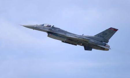 미국의 초음속 전투기는 공기 역학적 인 모습을 보여줍니다.